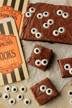 Spooky Eyeball Fudge Brownies - Big Bear's Wife Headed to a Halloween Party? Carry a tray of these Spooky Eyeball Fudge Brownies and you'll be the talk of the party! Who wouldn't love these! Spooky Halloween, Bolo Halloween, Postres Halloween, Halloween Treats To Make, Recetas Halloween, Halloween Party Snacks, Halloween Party Supplies, Halloween Cocktails, Halloween Goodies