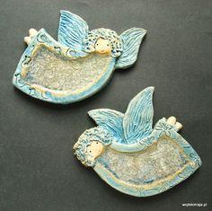 Anioły ze szkłem w pudełkach z siankiem