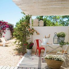 Casas pequeñas de veraneo Though historical around thought, your pergola have been enduring a modern Steep Gardens, Timber Roof, Madeira Natural, Wood Ceilings, Pergola Designs, Chalk Paint, House Tours, Living Spaces, Backyard