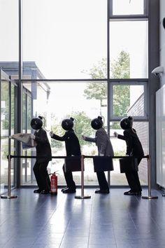 """Morgen geht die Bombe hoch und wir gehen alle mit. Dieses explosive Figurenensemble mit dem Titel """"Knallköppe"""" ist von Sascha Kayser und steht im Mehrzweckgebäude. Foto: Tyll Riedel"""