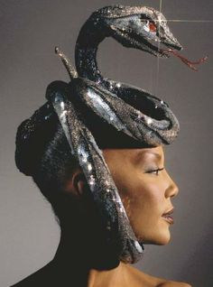 Couture creation Bob Mackie in 1984 for the Bronx Zoo Cobra Collaboration. Bob Mackie, Snake Costume, Caroline Reboux, Estilo Dark, Vip Fashion Australia, Foto Fashion, High Fashion, 80s Fashion, Fashion Art