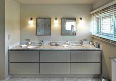 Landelijk greeploos badkamermeubel, deuren met plankeneffect