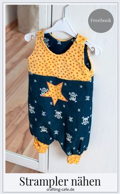 Fürs Baby nähen - Probenähen Strampelina * The Crafting Café Sewing for the baby - trial sewing Strampelina * The Crafting Café Kleidung Cotton Textile, Cotton Fabric, Diy Mode, Crafts For Girls, Couture, Unisex Baby, Baby Sewing, Free Sewing, Baby Clothes Shops