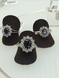Drie entourage ringen met briljant en blauwe saffier