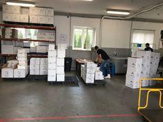 Pojemniki na suchy lód które są wykonane z styropianu dodatkowo pakujemy w opakowania kartonowe które wzmacniają cały zestaw. Pojemniki na suchy lód są dostępne w naszej ofercie o pojemności od 1 kg do 100 kg.
