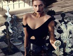 Με μαύρα δερμάτινα ή δαντελένια sexy σύνολα Balmain, Akris και Phillip Plein, εμπνευσμένα από το lingerie styling, φωτογραφήθηκε η γερμανίδα top model Toni Garrn για το fashion editorial του Interview Russia. Η killer ξανθιά πόζαρε