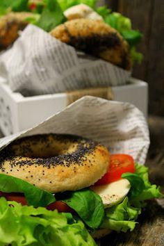 Kakkuviikarin vispailuja!: Bagelit tomaatti-mozzarella täytteellä