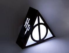 Lampara de Reliquias de la Muerte de Harry Potter. Luz ambiental. Decoracion, iluminacion en madera de marqueteria. Pelicula, libro, magia.