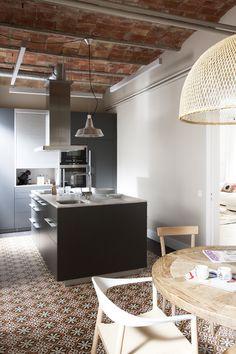reforma cocina, con isla central, módulo de armarios de color gris, suelo baldosas hidráulicas, techo con bóvedas de ladrillo. presupuestON.com