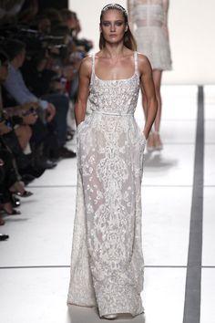 Les robes blanches de la Fashion Week printemps-été 2014: Elie Saab http://www.vogue.fr/mariage/inspirations/diaporama/les-robes-blanches-de-la-fashion-week-printemps-ete-2014/15627/image/870725#!mariage-robe-de-mariee-printemps-ete-2014elie-saab