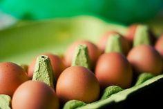 Яйца: польза яиц - вред яиц  Яйца любят многие. Существует много пищевых мифов о яйцах: польза яиц и вред яиц будоражат умы едоков до сих пор...  Долгое время яйца обвиняли в ужасных грехах - якобы, яйца содержат много холестерина и употребление яиц вредно для сосудов и сердца.  Долгое время  пугали потребителя...