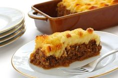 Cottage pie or shepherd's pie is a meat pie with a crust of mashed potato.The term cottage pie is known to have been in use in when the potato. Pie Recipes, Cooking Recipes, Food Mills, Cottage Pie, Good Food, Food And Drink, Tasty, Favorite Recipes, Stuffed Peppers
