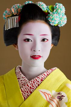 Senior maiko - note that both the bottom and top lips are painted, but still not completely filled in