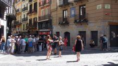 Turistas en la calle de Mercaderes junto a la Estafeta Pamplona, Street View, Street