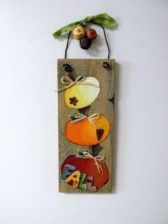 Signo de caída de calabazas naranjas apiladas multicolores, calabazas pintados…