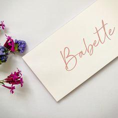 Studio Octavie   Voor Babette kozen mama en papa voor een roze letterpress op voor- en achterzijde én afgewerkt met dezelfde tint roos voor kleur op snee. Dat gekleurd randje, weet je wel? Wil jij ook zo'n (geboorte) kaartje op maat? Neem dan snel contact met me op. Info@studiooctavie.be of surf naar de website www.studiooctavie.com #geboortekaartje #birthcard #letterpress #kleuropsnee #colorededges #doopsuiker #suikerbonen Place Cards, Place Card Holders, Studio, Seeds, Studios