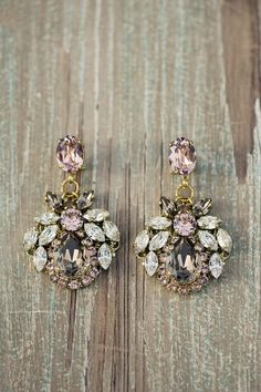 Totally adorable statement earings. I think that at least one statement piece really polishes of an outfit.