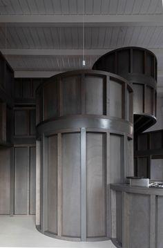 Für den Umgang mit Bestandsbauten gibt es verschiedene Konzepte, die von sensibel bis radikal alles dazwischen einschließen. CHYBIK + KRISTOF ARCHITECTS stellen für ihr House of Wine im mährischen Znojmo zwei gegensätzliche Ansätze einander gegenüber und bieten Weinliebhabern dadurch ein eindrucksvolles Raumerlebnis.   Foto: Alex Shoots Buildings Bar Interior, Interior Walls, Interior Design, Curved Wood, Tasting Room, Contemporary Architecture, Wall Design, Brewery, Restoration