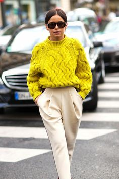 Oversized yellow sweater | Summer | Outfit | How to style your sweater in the summer | Pantalon | Beige | Streetstyle | More on Fashionchick