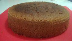 Etsiskelin hyvää ja herkullista gluteenitonta vaaleaa kakkupohjaa, joten lähdin testaamaan Mehevän suklaakakkupohjan reseptiä muuntamalla sitä sopivaksi. Kokeilu onnistui huikeasti; vaihdoin vehnäjauhot sekä kaakaojauheen gluteenittomaan seokseen, lisäsin hiukan vaniljasokeria ja laitoin puolet vähemmän maitoa taikinaan kuin alkuperäisessä ohjeessa oli. Maidon vähyys johtuen siitä, että taikina oli erittäin löysähköä niin olisi mennyt aivan litkuksi kaiken maidon kanssa. Pohjasta tuli… Cake Tutorial, Cornbread, Pudding, Ethnic Recipes, Desserts, Tutorials, Food, Millet Bread, Tailgate Desserts