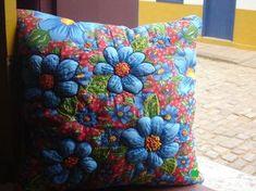 Com esse mesmo titulo fiz um álbum na fan page do Facebook, sobre objetos artesanais feitos com chita. Foi um sucesso com mais de 100 mil curtidas Passado alguns meses, as pessoas continuam curtind… Ribbon Embroidery, Embroidery Patterns, Stitch Patterns, Nautical Bathrooms, Weaving Textiles, Brazilian Embroidery, Fluffy Pillows, Felt Art, Fabric Art