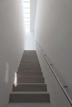 Modern enclosed stairway with full-length skylight over. In the project Paros House III in Paros, Greece, designed by John Pawson. Photographed by John Pawson. Minimalist Interior, Modern Interior Design, Interior And Exterior, John Pawson, Wood Staircase, Modern Staircase, Stair Gallery, Concrete Stairs, Skylight