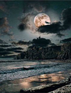 Find images and videos about nature, night and ocean on We Heart It - the app to get lost in what you love. Moon Pictures, Pretty Pictures, Beautiful Moon, Beautiful World, Stars Night, Shoot The Moon, Moon Rise, All Nature, Belle Photo