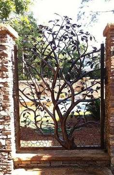Transform a garden gate into beautiful sculpture and garden art. 20 Amazing DIY Ideas for Outdoor Rusted Metal Projects Metal Gates, Wrought Iron Gates, Metal Garden Gates, Garden Doors, Wrought Iron Decor, Metal Garden Art, Tor Design, House Design, Blacksmith Projects