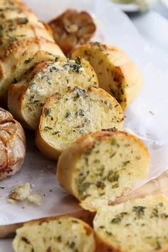 Take your homemade garlic bread with roasted garlic to the next level! With The post Bring your home-made garlic bread with fried garlic to the nearest appeared first on Tasty Recipes. One Dish Meals Tasty Recipes Homemade Garlic Bread, Easy Garlic Bread, Vegan Garlic Bread, Garlic Bread Recipe Olive Oil, Garlic Bread Butter, How To Roast Garlic, Garlic Bread Baguette, Garlic Bread Ingredients, Garlic Bread Spread