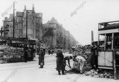 Männer des Volkssturms beim Errichten einer Panzersperre aus zerstörten Strassenbahnwagen und Mauersteinen, in der Innenstadt (Am Knie, Charlottenburg). Foto April/Mai 1945, akg-images