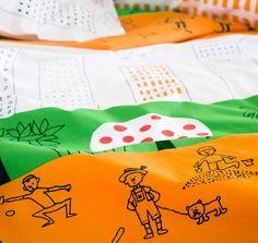 Verschiedene Artikel der ÖNSKEDRÖM Kollektion: u. a. Meterware, Bettwäsche-Set und Kästen mit Deckel in Orange/Grün/Weiß