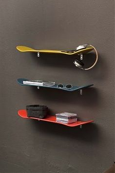 Idea # shelves for a room. Idea unearthed by Chtitemaison on Kozikaza Skateboard Shelves, Skateboard Room, Skateboard Furniture, Skateboard Decks, Kids Bedroom, Bedroom Decor, Kidsroom, Skateboards, Boy Room