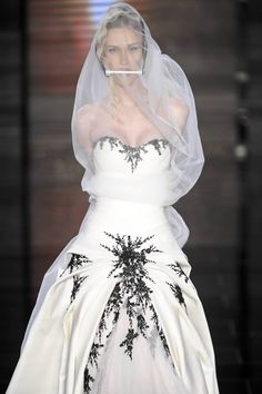 Amordaçaram, amarraram e pediram para desfilar! - Desfile de noivas do estilista Samuel Cirnansck - mais do que ousado. Saiba mais em http://vestido-de-noiva.org/noivas-amordacadas-no-desfile-de-samuel-cirnansck-causam-polemica/