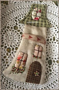 Fabric Art, Fabric Crafts, Sewing Crafts, House Quilts, Fabric Houses, Wool Applique, Applique Quilts, Quilting Projects, Sewing Projects