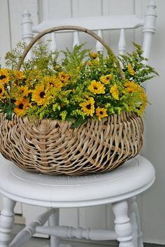 Con un arreglo de flores encantará a cualquiera - arcón de #mimbre