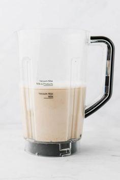 Hafermilch selber machen geht ganz einfach, schnell, und mit nur wenigen Zutaten! Lass mich dir zeigen, wie du dieses Hafermilch Rezept zu Hause machen kannst. #hafermilch #selbermachen #rezepte #ohnekochen #gesund #haferflocken #vegane #milch Nut Milk Bag, Soy Milk, How To Make Oats, Healthy Milk, Milk Alternatives, Bagged Milk, Plant Based Milk, Dairy Free Milk, Milk Cans