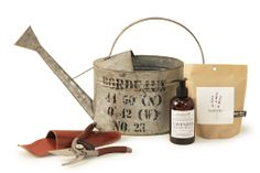 This set includes: Le Jardin short watering can, Lavender hand wash, Lavender garden-in-a-bag, Leather pruner