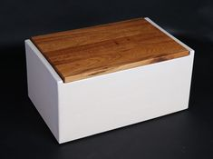 Großer *Keramik-Brottopf* in cremeweiß mit Holzdeckel.  Platzsparend durch die eckige Form!   _Holzdeckel zur Auswahl:_ Standard Buche massiv ( Bild 3) oder  Eiche massiv (Aufpreis 8 €)(Bild 1,...