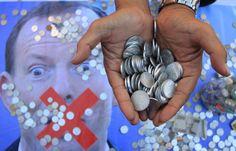 Covesia.com - Warga Indonesia di Inggris menyerahkan satu koper berisi koin poundsterling kepada Komisi Tinggi Australia di Strand, London, Selasa (4/3/2015)...