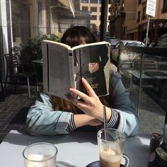 Book To Read Tracker - Book Aesthetic Libraries - Book For Women Relationships - - Book Graphiste Couverture Book Aesthetic, Aesthetic Photo, Aesthetic Pictures, Foto Instagram, Style Instagram, Coffee And Books, Foto Pose, Book Photography, Bookstagram