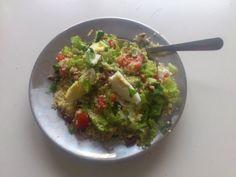 Gierst salade met avocado, tomaat, komkommer, sla, walnoot, gekookt ei, verse koriander en munt. (glutenvrij)
