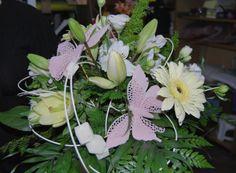 Ramo de flores con detalles de fantasía para darle un toque más personal. Realizado por www.regalarflores.net