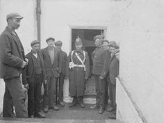 Irishmen stand outside of soldier barracks in early Dublin. Old Pictures, Old Photos, Vintage Photos, Irish Eyes, Dublin Ireland, History, Plate, War, Artist
