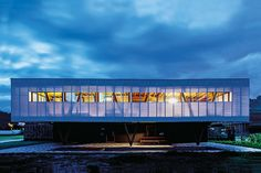 casa em floripa | projeto: una arquitetos | à noite, o elemento diáfano transforma-se em um farol que ilumina o entorno