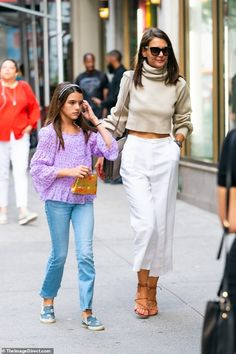 Katie Holmes rocks crop top with Suri Cruise after split from Jamie Katie Holmes rocks crop top with Suri Cruise after ex Jamie Foxx denies he's dating Spring Summer Trends, Spring Summer Fashion, Autumn Fashion, Katie Holmes, White Slacks, Cruise Outfits, Star Fashion, Casual Chic, Celebrity Style