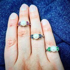 Les perles ce classique intemporel... elles saccordent avec toutes les couleurs! Laquelle préférez-vous?  A loccasion du Black Friday Nous vous offrons 10 de réduction à partir de 50 dachat! Rendez-vous sur www.juwelo.fr pour en profiter  #blackfriday #juwelo #bijouterie #art #craftsmanship #tresor #perle #bijoux #rouge #vert #bleu #saphir #rubis #emeraude #pierresprecieuses #gemstones #bijoux #bagues #jewelsofinstagram  #intemporel #mode #tendance #fashion Sapphire, Jewelry, Instagram, Art, Fashion, Red, Blue Sapphire, Ring, Trending Fashion