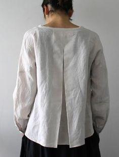 [Envelope Online Shop] Mirka Lisette tops: love how the pleat starts lower than usual. Vetements Clothing, White Shirts, White Linen Shirt, Linen Tunic, Linen Blouse, Linen Dresses, Sewing Clothes, Refashion, Dressmaking