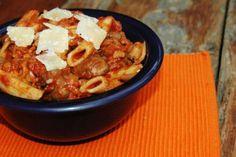 Pasta ovenschotel met tomaten-paddestoelensaus en mozzarella (gebakken Ziti)