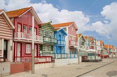 via con le tipiche case a strisce costa nova, aveiro, Portogallo - Immagini Stock: 9334812