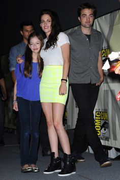 Twilights Kristen Stewart and Robert Pattinson pose with Renesmee at Comic-Con